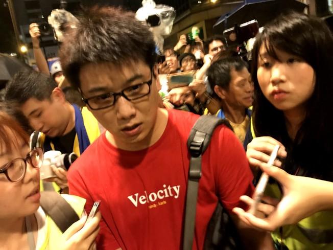 一名中國籍紅衣男18日晚間在金鐘政府總部附近,被懷疑拍攝示威者臉部,一度被包圍。在他表明身份後,在監察員和急救志工協助下搭乘地鐵離去。中央社
