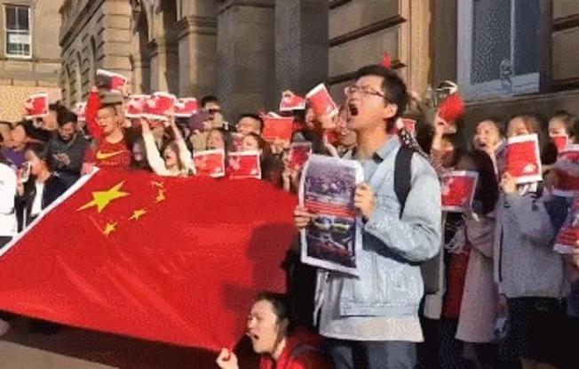 中國留學生高唱起張信哲這首經典歌曲「過火」。圖/觀察者網