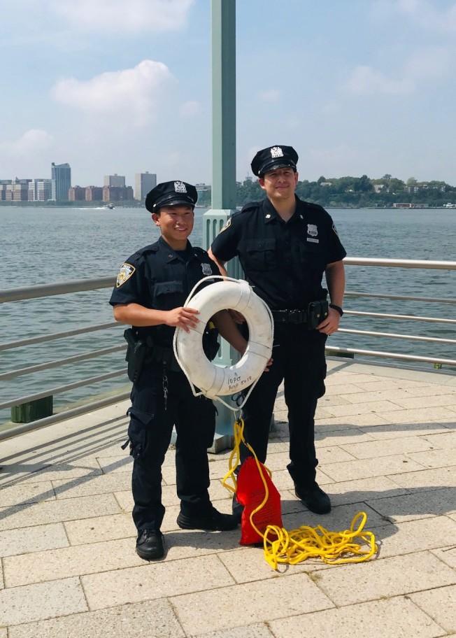 潘Tim(左)和柯林斯於18日早上,合力將一名跳水女子救上岸。(市警提供)