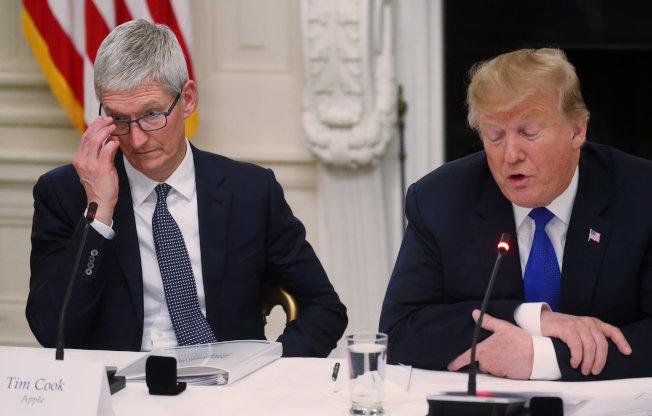 美國總統川普與蘋果執行長庫克今年3月在白宮一項勞力政策諮詢會議上參與討論。  路透