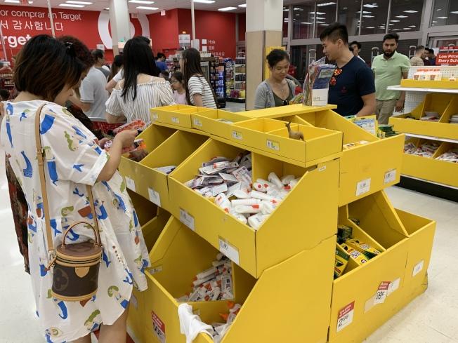 家长和学生近日忙于返校采购。有家长建议,若能加入成为商场的会员,以及结合使用优惠券或返现网站则更划算。(记者刘大琪/摄影)