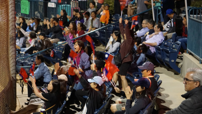 中華隊赴美國加州爾灣參加U19世界盃女壘賽,僑胞拿小國旗為台灣加油。(中央社)