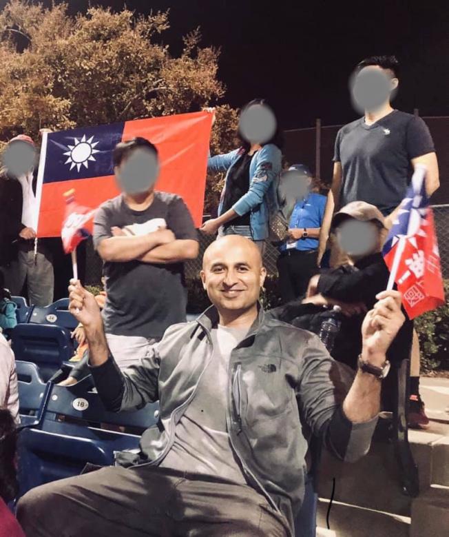在U19世界盃女子壘球賽現場,遭驅逐的台灣女婿哈亞贊(Azam Khalid),最後身披中華民國國旗離開場地。(讀者提供)