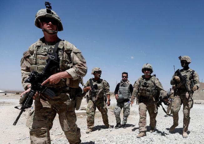 美國學者認為,有鑑於美國出兵伊拉克、阿富汗及利比亞失敗,美國外交政策應減少軍事干預其他國家。圖為美軍去年8月7日在阿富汗洛加爾省一個阿富汗國民軍基地巡邏。路透