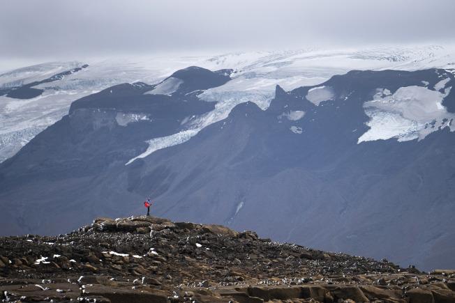 冰島民眾18日徒步登上Okjokull冰山之頂,舉行冰川之死追悼式。(美聯社)
