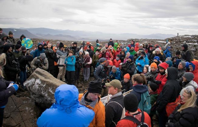 冰島民眾18日在Okjokull冰山之頂,舉行冰川之死追悼式。(美聯社)