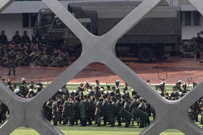 大陸武警部隊18日在香港隔河的深圳展開反暴訓練,隨時可赴港。(美聯社)