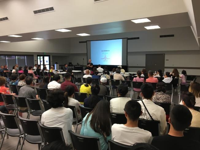 美華總舉辦大型安防社區講座吸引數百民眾參加。(記者啟鉻/攝影)