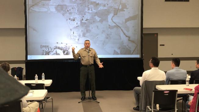 洛杉磯縣警局局長維拉紐瓦提醒民眾,公共場所遭遇槍擊案,處理方法包括逃跑、躲避、搏鬥。(記者啟鉻/攝影)