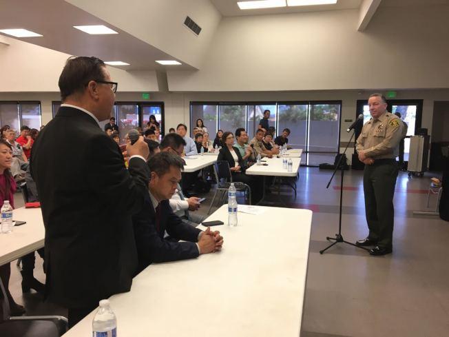 聖蓋博市市議員廖欽和(左)向洛縣警局局長維拉紐瓦(右)提出社區安全問題。(記者啟鉻/攝影)