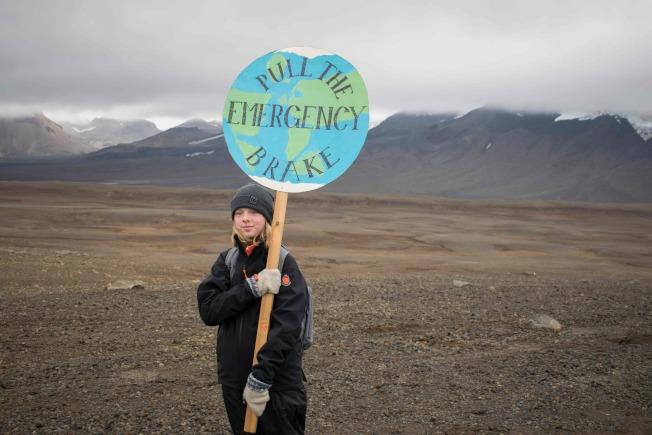 冰島民眾手持「緊急剎車」標語,呼籲正視氣候變遷的嚴重。(Gety Images)