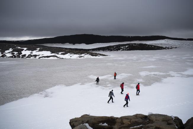 冰島民眾18日在OK冰川頂上,追悼冰川之死。(Getty Images)