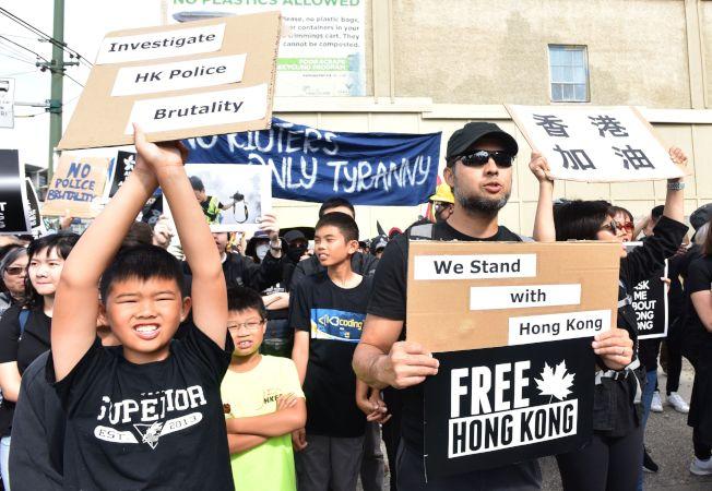 加拿大溫哥華、多倫多及卡加利三座城市17日都有聲援香港反送中活動。圖為溫哥華旅居當地的港人聚集表達訴求,也獲當地人支持。(Getty Images)