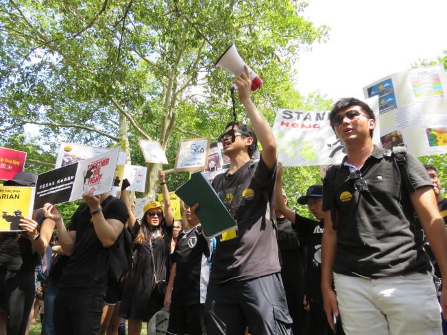 聲援香港「反送中」的華府民眾18日在白宮前拉法葉廣場集會。(華盛頓記者張加/攝影)
