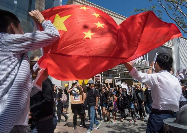 美國加州的香港移民社群17日在聖塔蒙尼卡聲援香港示威者,支持北京民眾則舉著五星旗反制。 (Getty Images)