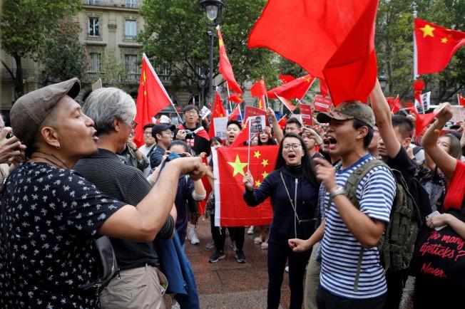 支持香港反送中的民眾17日在巴黎聖米歇爾廣場集會求,中國僑民也帶著五星旗到場表達「香港屬於中國」意見,雙方一度相互叫罵。(Getty Images)