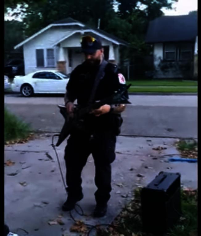 警員帕金斯帶來自己的電吉他現場即興演奏一段,也魯尼加入合奏。(取自灣城警局臉書)