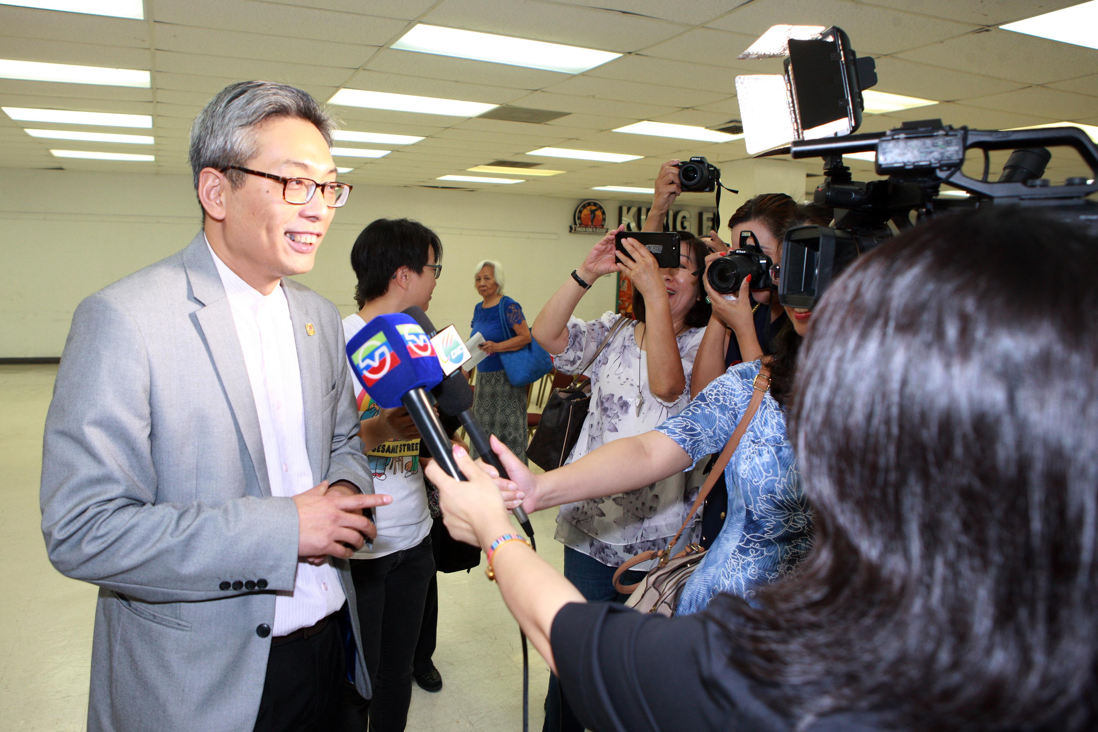 新任中國駐休士頓總領事蔡偉(左)現場接受媒體訪問。(記者賈忠/攝影)