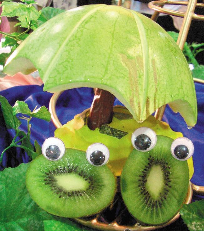 營養師建議可吃西瓜、百香果、木瓜、鳳梨、奇異果等五種當季水果消暑,助消化又透心涼。(本報資料照片)