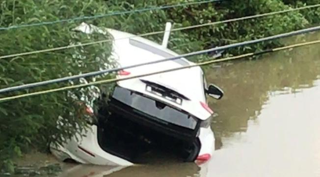 瑪莎拉蒂這一「扎」,保險公司估算車損高達15萬。(取材自澎湃新聞)