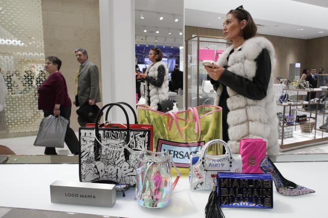 美國對眾多中國進口貨品自9月1日起加徵10%關稅,美國消費者將感受到漲價壓力,但對主要耶誕新年購物則影響不大。圖為在科羅拉多州的購物中心。(美聯社)