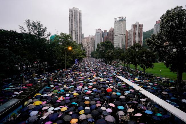 香港民陣18日於銅鑼灣維多利亞公園,舉行「反送中」集會,主打「煞停警黑亂港 落實五大訴求」,民陣聲稱這次和平集會共吸引了逾170萬人參與。路透