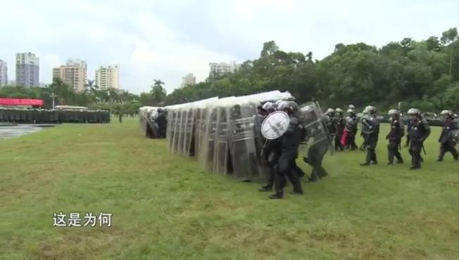 香港民陣18日於維園舉行「流水式集會」,中國政府也在同一天,曝光17日加派深圳的兵力演練畫面,警告意味濃厚。取材自微博