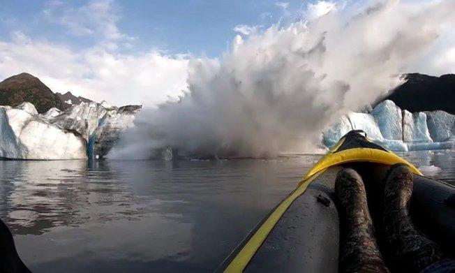 兩名皮艇運動員胡珀(Andrew Hooper)和喬許(Josh Bastyr)在阿拉斯加的斯賓塞冰川(Spencer Glacier)坍塌時幸運逃脫。路透