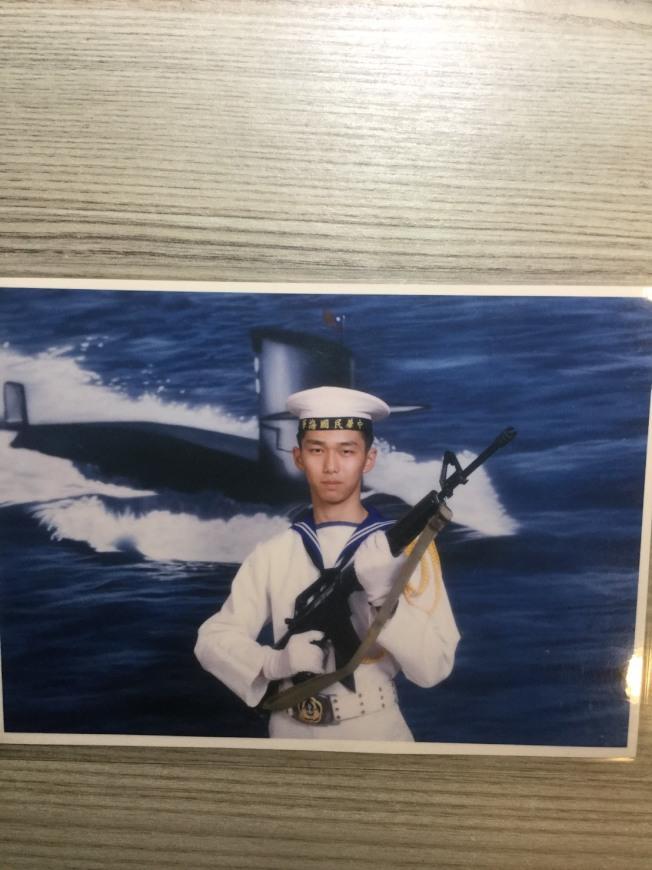作者著海軍軍服留影。(梁起華提供)