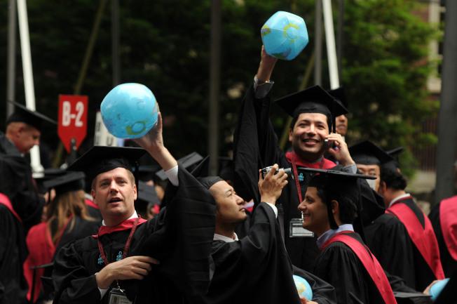 申請大學的過程是讓學生接觸到成人世界價值觀的機會。圖為2009年哈佛畢業典禮。(Getty Images)