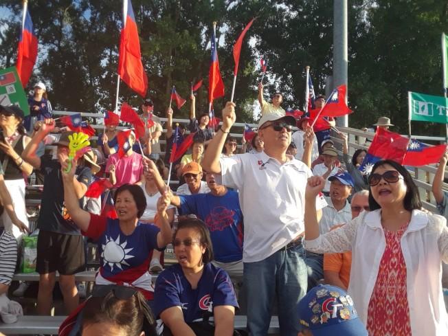 密西根地區僑胞熱烈為台灣中華青少棒隊加油。(辜耀先提供)