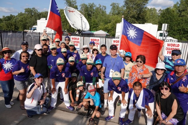 台灣中華青少棒隊與密西根僑胞。(張正義提供)