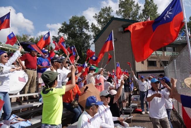 密西根地區僑胞熱烈為台灣中華青少棒隊加油。(張正義提供)