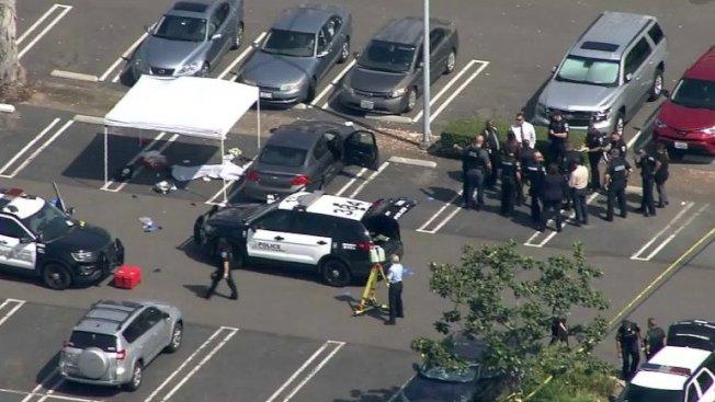 一名受害者在停車場遭兇手刺殺身亡。(取自KTLA5)