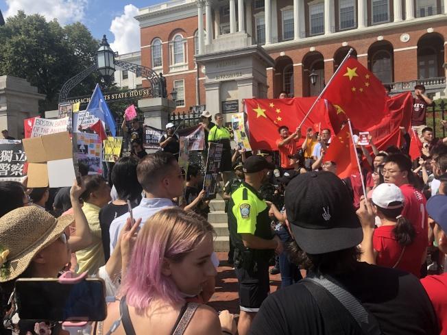 「遍地開花與港同行大遊行」與「反港獨反暴力集會」雙方參與者在麻州州府大樓門前對峙。(記者劉晨懿之/攝影)