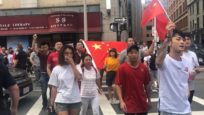 「反港獨反暴力集會」參與者遊行前往華埠。(記者劉晨懿之/攝影)