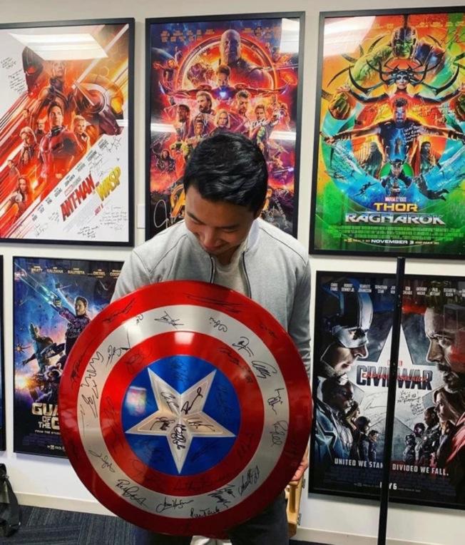 首部漫威華裔超級英雄電影「尚氣與十戒傳說」男主角劉思慕,近日光臨漫威總部。(圖片來自劉思慕推特)