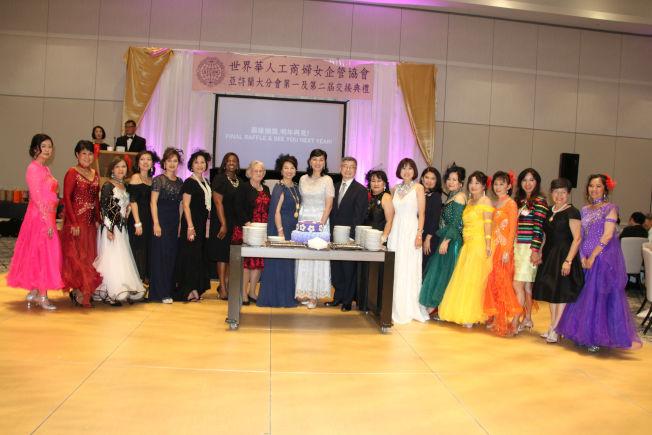 亞城世華理事、全球世華分會會員、及晚宴的賓客慶祝周年慶活動成功。(記者陳淑玲/攝影)