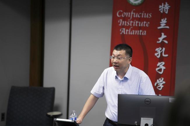 演講嘉賓南京師範大學的張小峰。(孔院提供)