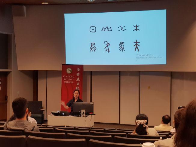 戚蘭蘭探討漢字教學中識字、寫字和設定教學目標的重要性。(記者林昱瑄/攝影)