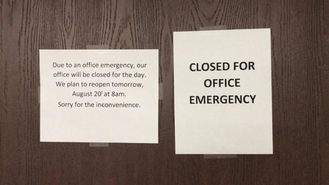 死者生前工作的辦公室因事件當天關閉,並貼出告示。(記者啟鉻/攝影)