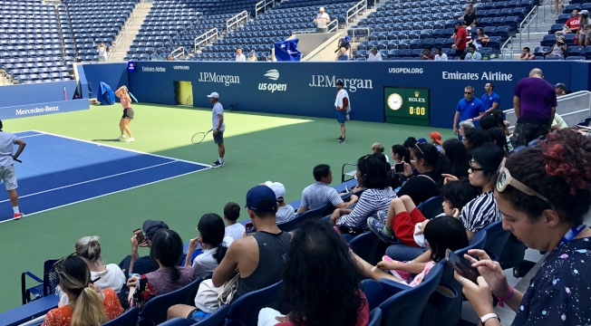 免費入場的公開練球,讓球迷可以坐在前排看球星。(記者朱蕾/攝影)