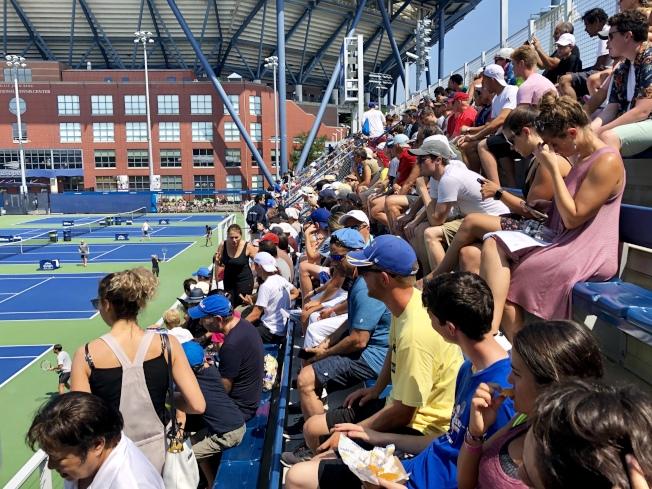 費德勒練球的球場看台坐滿了觀眾。(記者朱蕾/攝影)