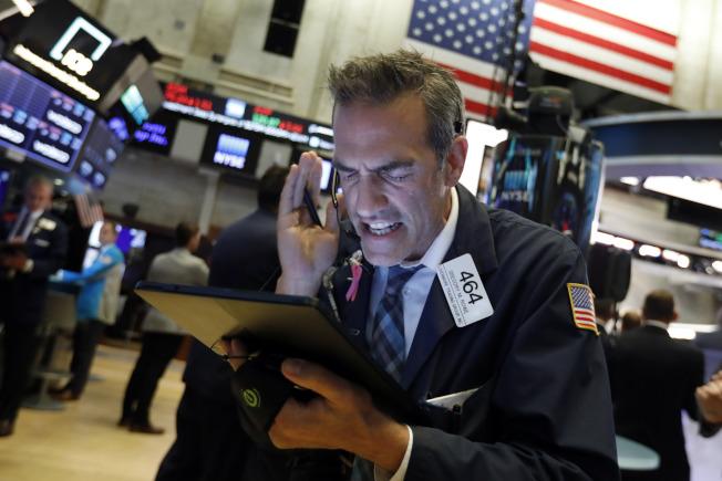 川普總統對股市漲跌最為敏感,認作是他經濟施政的成敗。圖為股市營業員緊張的神情。(Getty Images)