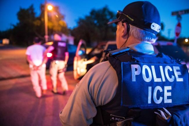 張學輝狀告雇主欠薪,案子正在進行中卻遭ICE執法人員帶走。(取自ICE推特)