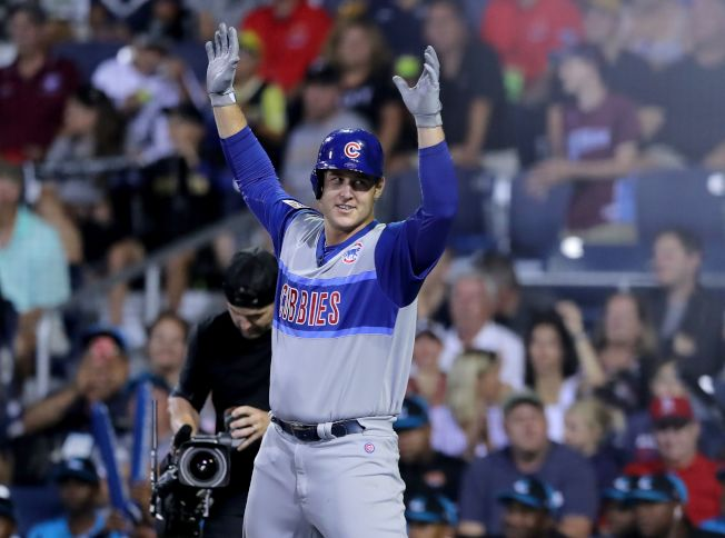 瑞佐在五局下敲出兩分砲,拿回球後決定贈給日本隊游擊手。(Getty Images)