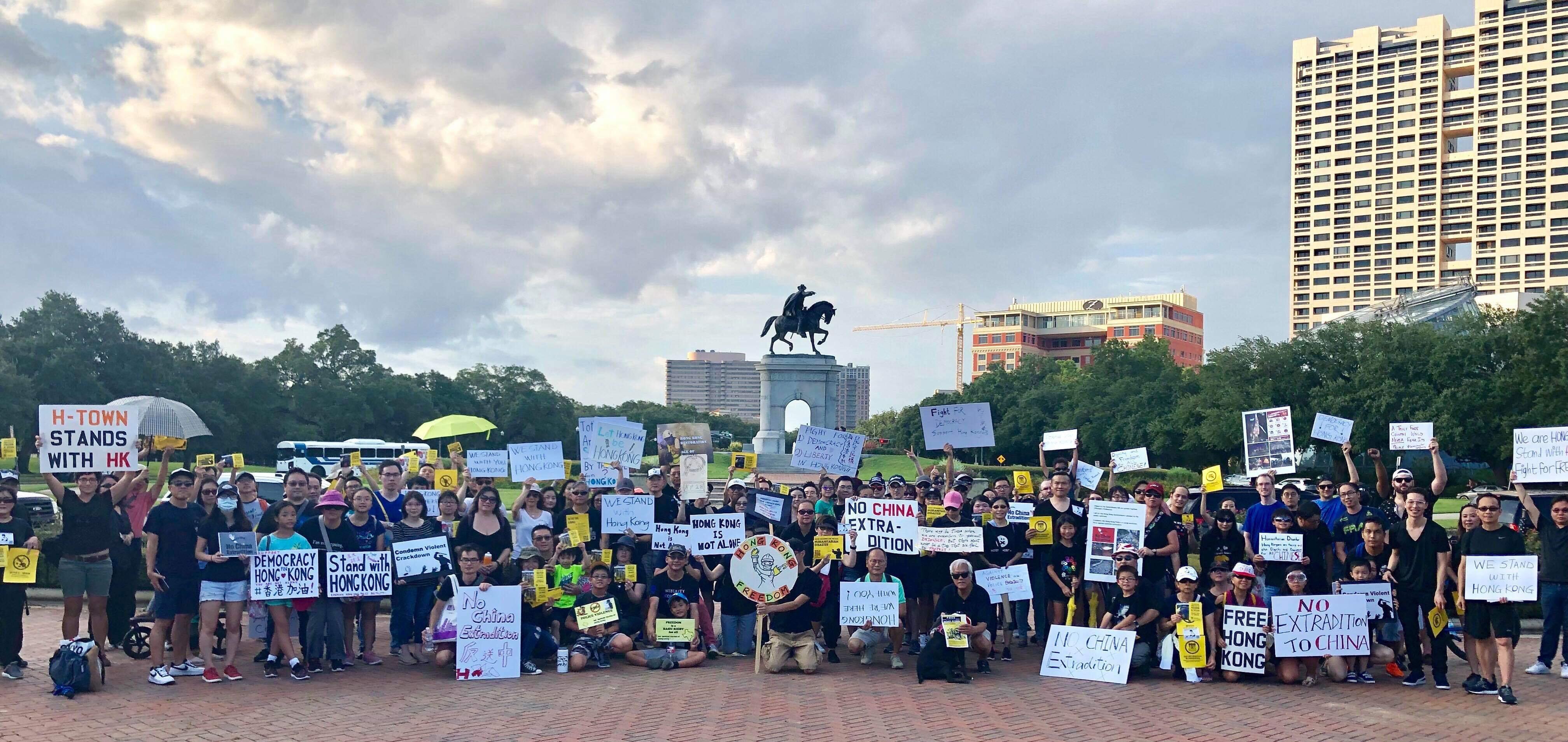 為了支持香港民主運動,休士頓地區聚集了約200人在德州獨立建國第一任總統山姆休士頓雕前和平示威。(劉沖提供)