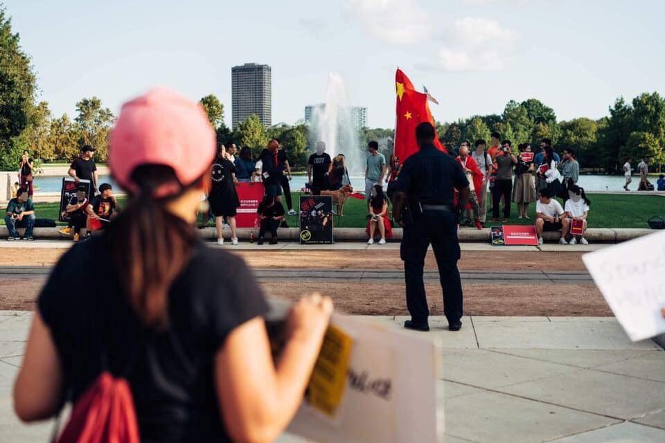 休士頓員警站在中間區隔意見不同的雙方以防爆發衝突。(劉沖提供)