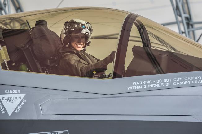 29歲的上尉飛官薩茲寫下歷史,成為首名駕駛短距離起飛和垂直降落的F-35B戰機的女陸戰隊員。(取自陸戰隊官網)