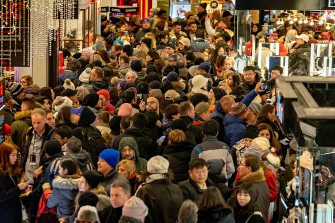 如果經濟陷入衰退期,消費者購買力將大減。圖為去年的「黑色星期五」的購物季啟跑。(Getty Images)